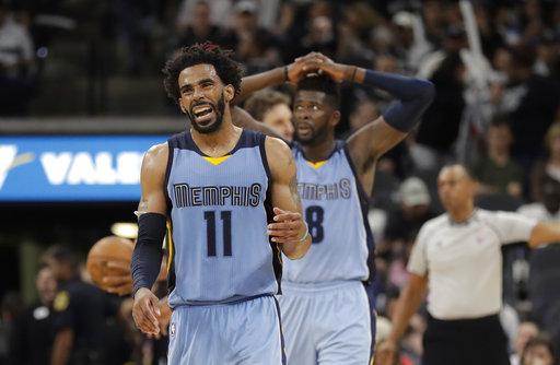 De los Grizzlies de Memphis Mike Conley y el delantero James Ennis III reaccionan a una llamada durante la segunda mitad en el Juego 2 de la NBA, primera ronda contra los Spurs de San Antonio,