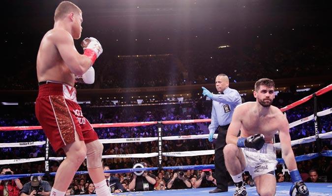 El réferi tuvo que detener la pelea en el tercer asalto/ Foto AP