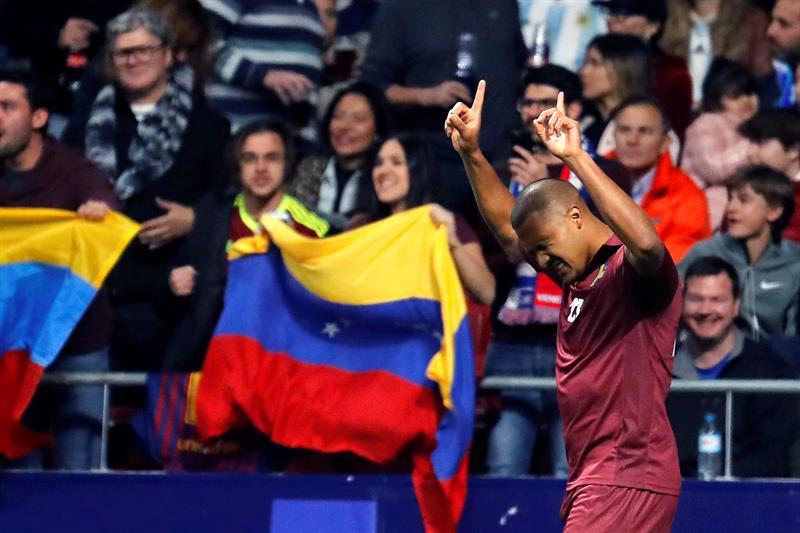 El delantero de Venezuela Salomón Rondón (d) celebra su primer gol ante Argentina durante el partido amistoso que se disputa en el estadio Wanda Metropolitano de Madrid/ Foto: EFE