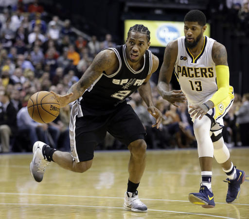 Leonard tomó el liderazgo de los Spurs /Foto AP