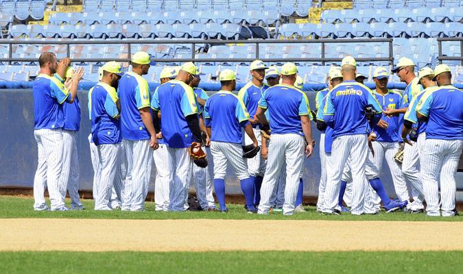 Conversación con los lanzadores /Foto David Urdaneta