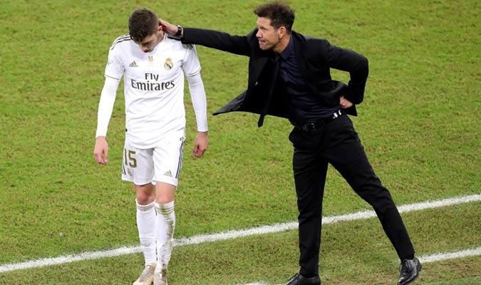 Simeone entendió la acción de Valverde y lo consoló al salir del campo expulsado/ Foto EFE