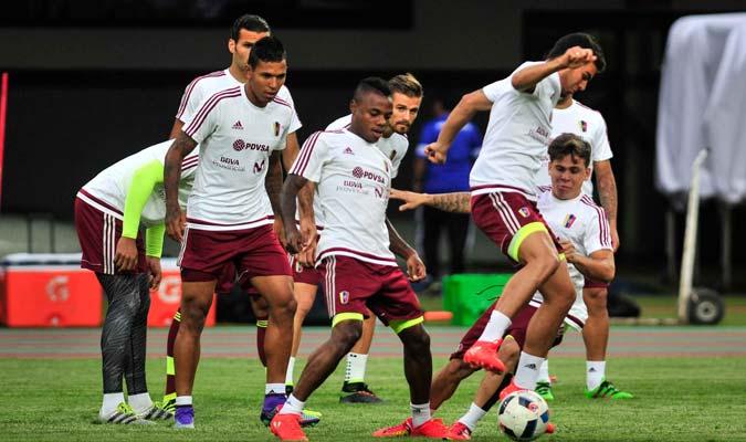 Los jóvenes disputan el balón, un puesto en la títular es su sueño./F.Bruzco