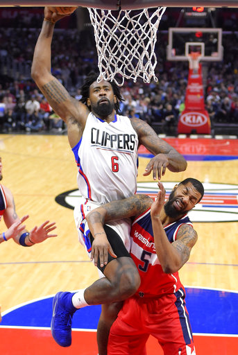 El pívot de Los Angeles Clippers DeAndre Jordan, dispara a Washington Wizards mientras el delantero Markieff Morris intenta proteger su canasta, resultado final: 124-133 a favor de los Clippers