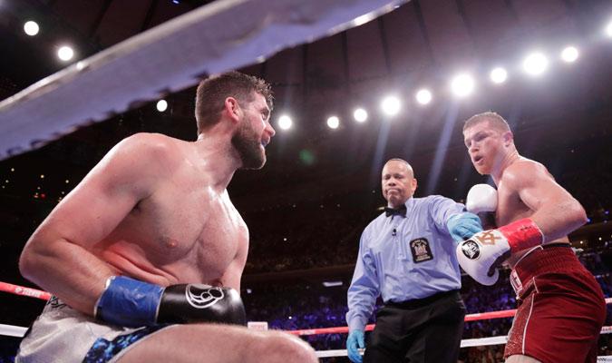 El arbitro deteniendo la pelea/ Foto AP