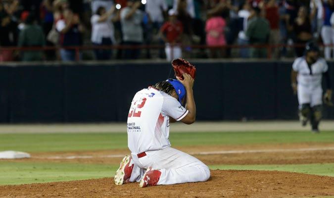 El cerrador Manuel Corpas se emocionó al sacar el último out/ Foto AP