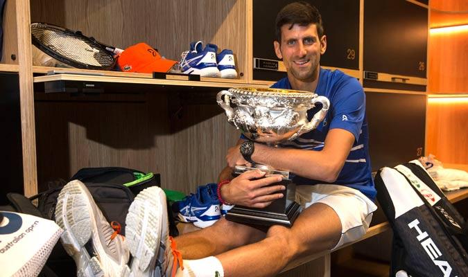 Djokovic abrazando su trofeo/ Foto AP