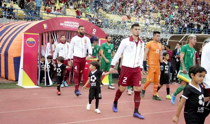 Ambos equipo ingresan al campo/ Foto César Suárez