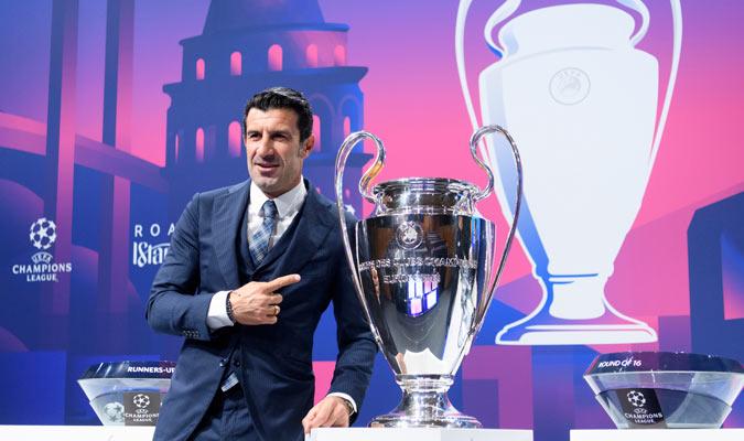 Figo posa junto al trofeo/ Foto AP