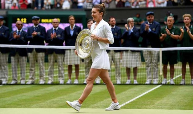Posó junto a su primer título de Wimbledon / Foto: EFE
