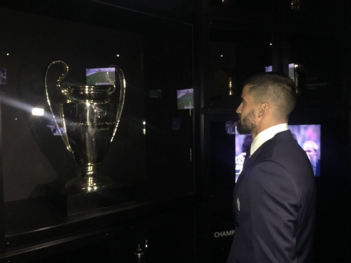 Rincón observa el trofeo de la Champions   Foto: Juventus