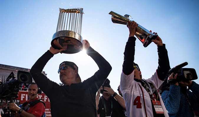 Los jugadores exhibieron el trofeo / Foto: AP