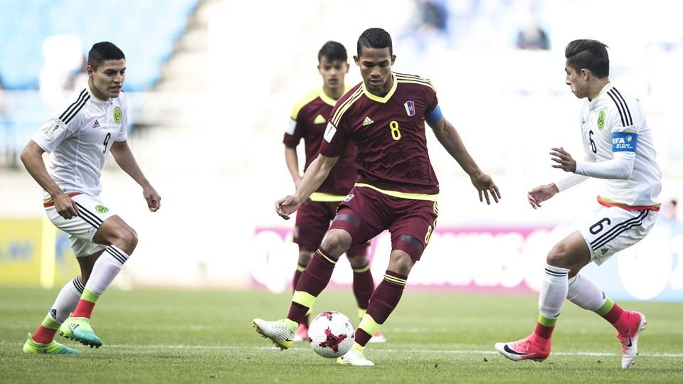 Herrera recuperó y distribuye /Foto FIFA