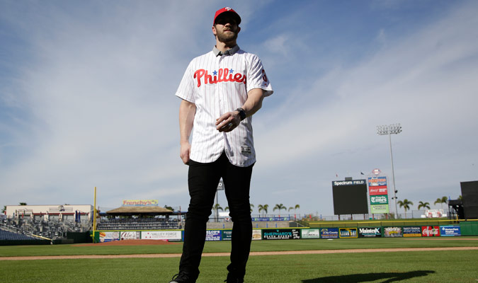 Bryce Harper caminando con su nueva equipación/ Foto AP