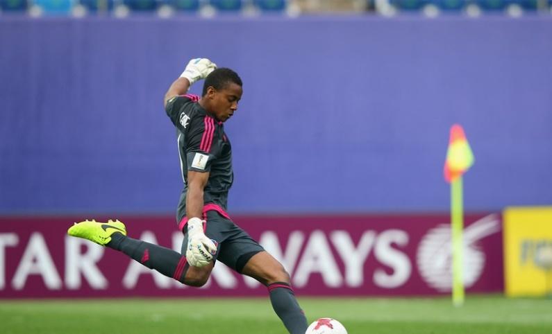 Faríñez despeja un balón /Foto FIFA