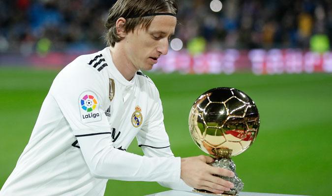El croata colocó su Balón de Oro para que el público lo admirara/ Foto AP