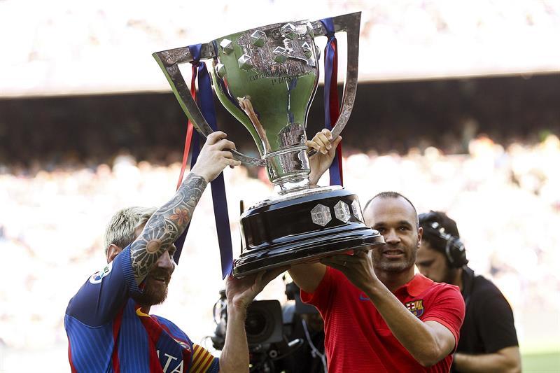 Los capitanos enseñaron el trofeo /Foto AP