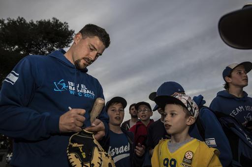 Ryan Lavarnway firmando autógrafos /Foto AP