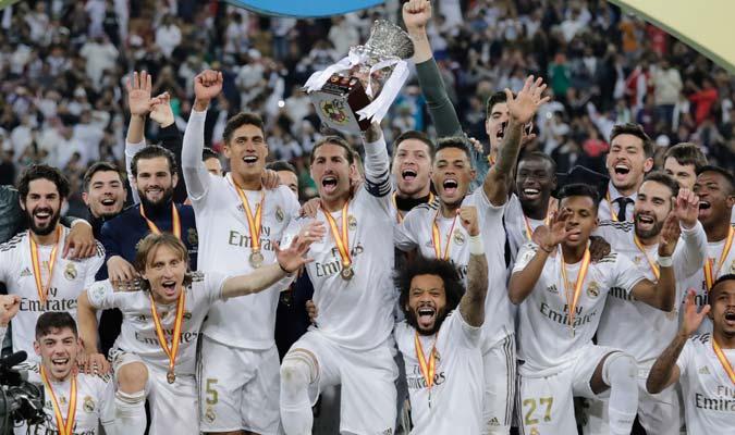 Ramos levanta el trofeo de la Supercopa de España/ Foto AP