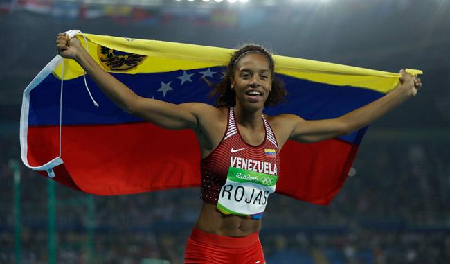 Yulimar Rojas con el tricolor hacía el cielo de Río/AP