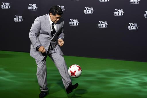 Maradona enseño su dominio de balón /Foto AP