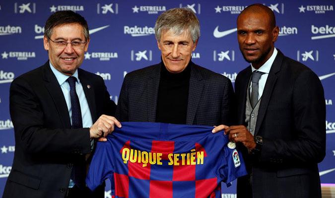 Setién sostiene la camiseta blaugrana junto a Bartomeu y Abidal/ Foto EFE