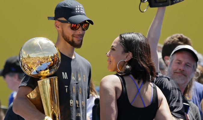 Curry estuvo junto a su esposa en la tarima / Foto AP