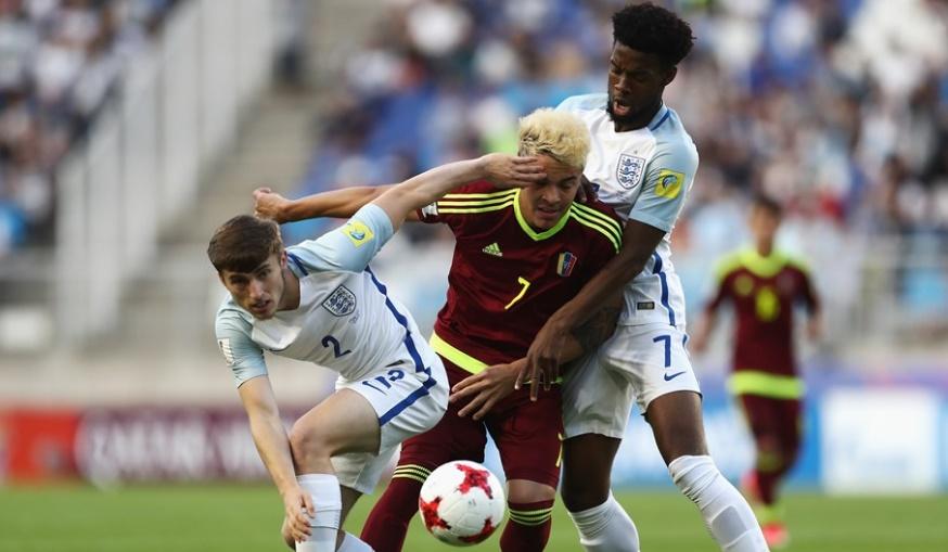 Peñaranda fue marcado por todo el encuentro /Foto FIFA