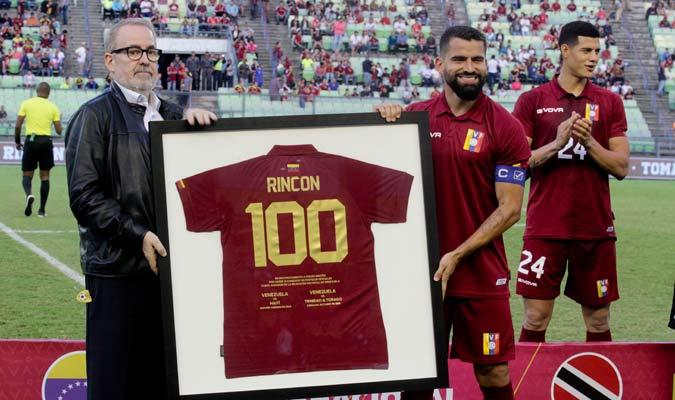 El capitán posa con su camisa con el número 100/ Foto César Suárez