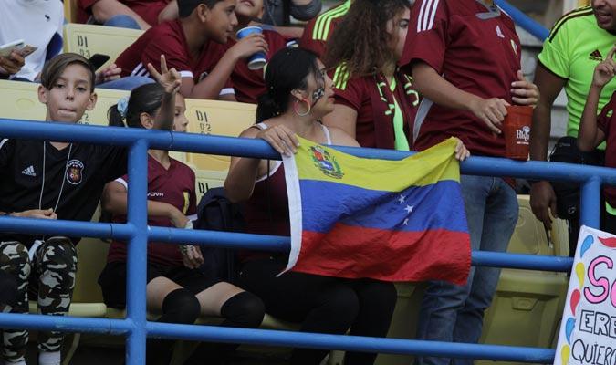 Los colores se hacen sentir entre los fanáticos/ Foto César Suárez