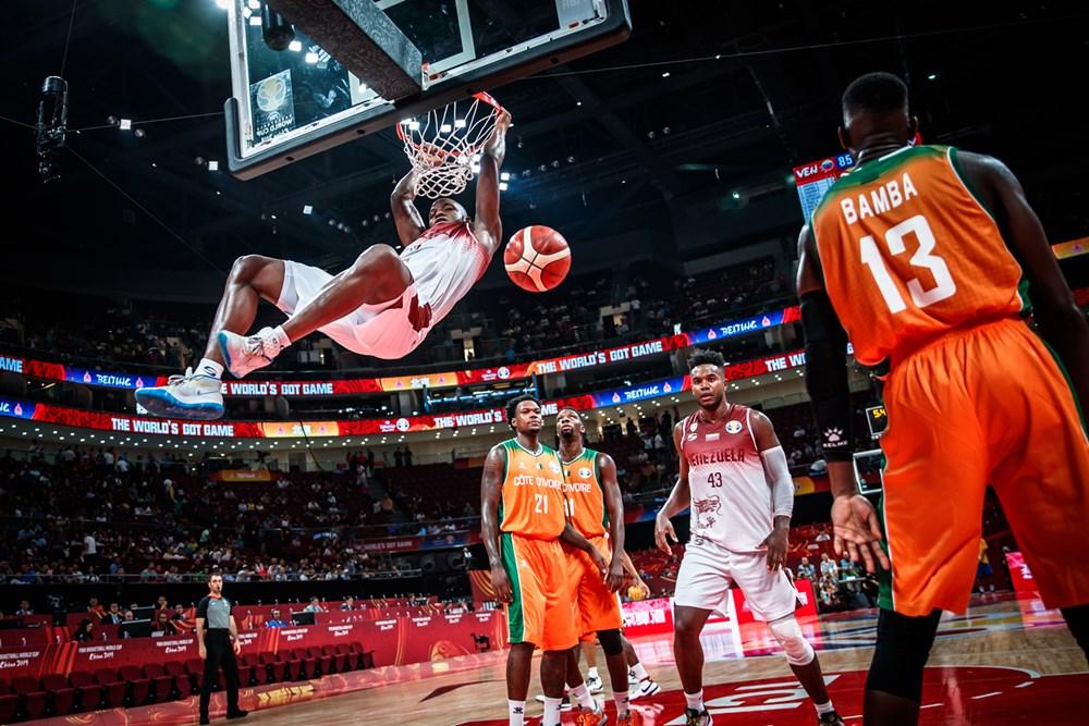 Ruiz en una espectacular clavada/ Foto fiba.basketball.es