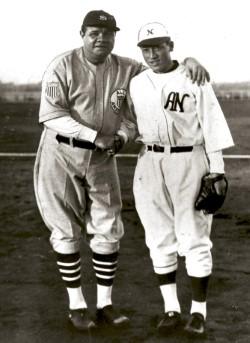 Babe Ruth y el lanzador Eiji Sawamura. Foto AP