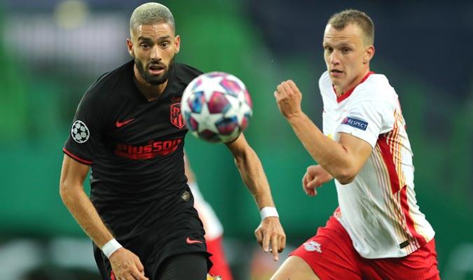 Lukas Klostermann (D) y  Yannick Carrasco (I) lucharon por el balón