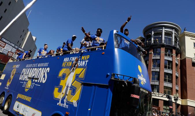 Los de Golden State recorrieron las calles con su mircrobus / Foto AP