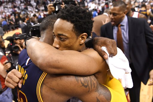 DeRozan felicita a LeBron /Foto AP