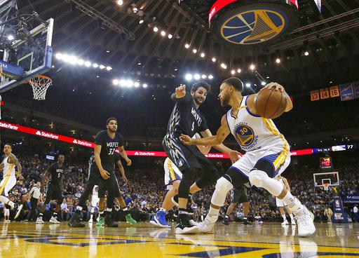 De Golden State Stephen Curry, reliza su jugada  en contra de Ricky Rubio de los Timberwolves de Minnesota, lo que favorecio al resultado final para los Warriors