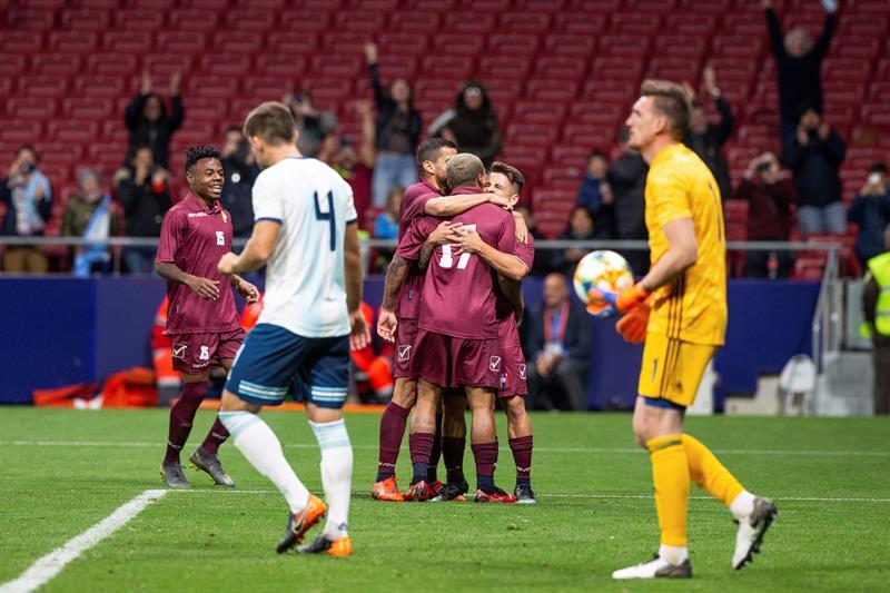 Josef Martínez, de la selección de Venezuela, celebra con sus compañeros su gol, el tercero del equipo frente a Argentina, durante el encuentro amistoso que disputan esta noche en el estadio Wanda Metropolitano, en Madrid/ Foto: EFE