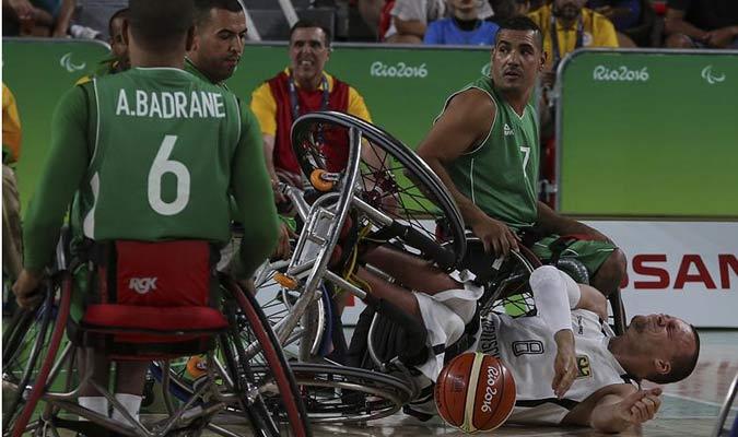 El jugador Djamal Hamache (i) y Rafik Mansouri (d) de Argelia disputa el balón con el alemán Andre Bienek (en el suelo) / EFE