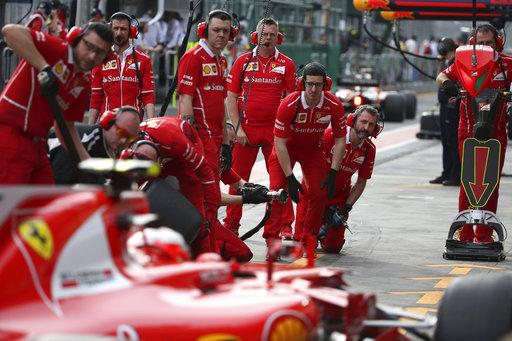 Mecánicos observan cómo el piloto de Ferrari Kimi Raikkonen de Finlandia conduce su coche en el pit lane durante la segunda sesión de entrenamientos para el Gran Premio de Australia en Melbourne,