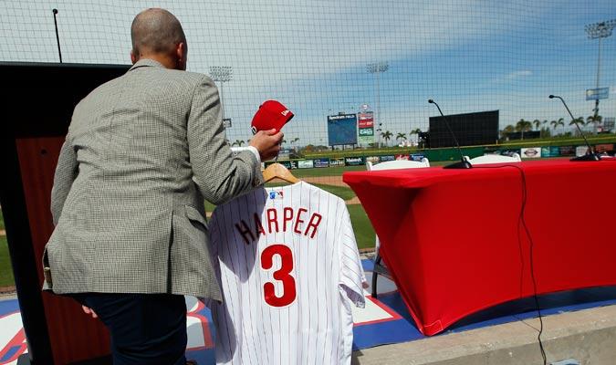 La camiseta de Harper fue colocada antes de su rueda de prensa/ Foto AP