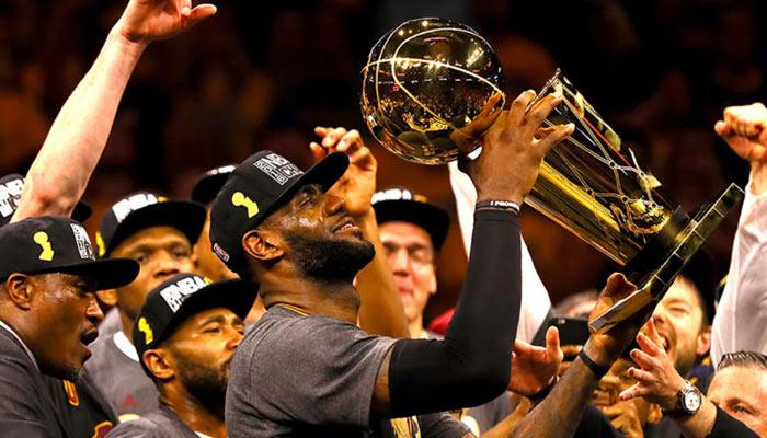 """El """"Rey"""" levanta el anhelado trofeo /Foto AP"""