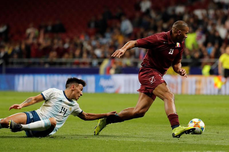 El delantero de la selección de Venezuela, José Rondón, se lleva el balón ante el defensa de Argentina, Lisandro Martínez, durante el encuentro amistoso que disputan esta noche en el estadio Wanda Metropolitano, en Madrid/ Foto: EFE