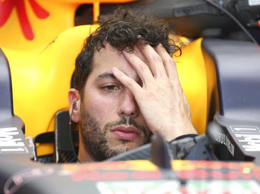 El piloto de Red Bull Daniel Ricciardo de Australia espera en su coche durante la segunda sesión de entrenamientos para el Gran Premio de Australia en Melbourne / Foto:AP