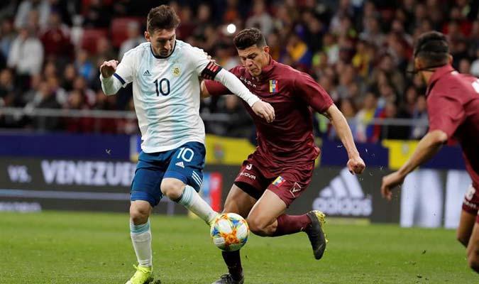 Osorio disputando un balón con Lionel Messi || Foto: EFE