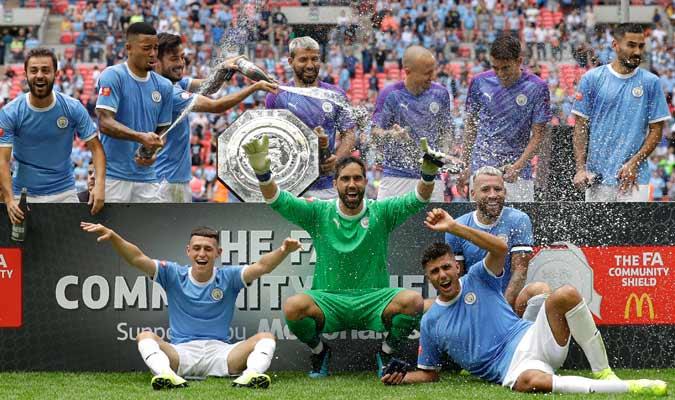 Los futbolistas del City con el trofeo en el campo/ Foto AP