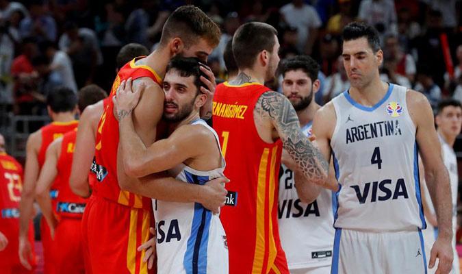 Los españoles consuelan a los argentinos/ Foto EFE
