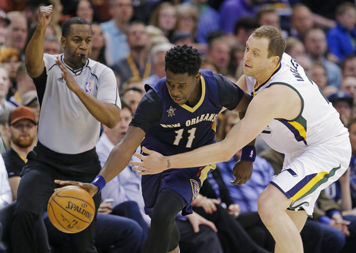 El delantero del Jazz de Utah Joe Ingles, a la derecha, y de New Orleans Pelícans, Jrue Holiday durante el juego de la NBA el lunes.