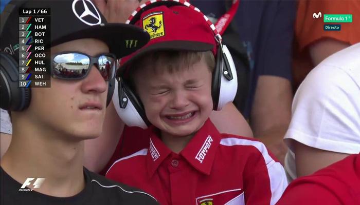 Un joven aficionado no aguantó las lágrimas al ver a Raikkonen abandonar