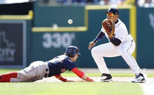 El primera base de los Tigres de Detroit, Miguel Cabrera, espera en el lanzamiento durante un intento de pickoff contra Andrew Benintendi de los Medias Rojas de Boston durante la primera entrada de un partido de béisbol