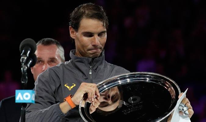 Nadal recibiendo su trofeo como subcampeón/ Foto AP